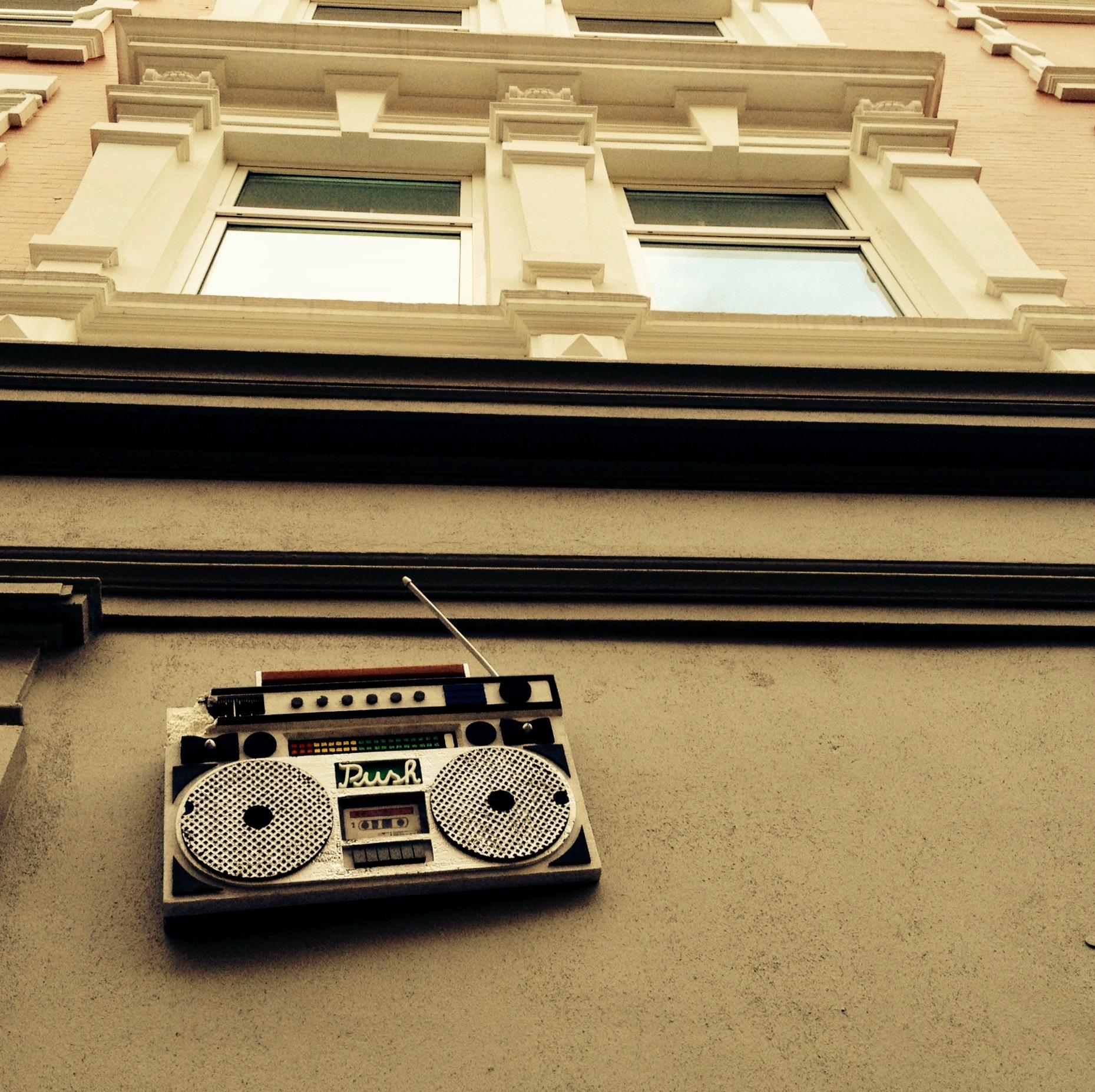 Radio an Hauswand © Elisabeth Wirth